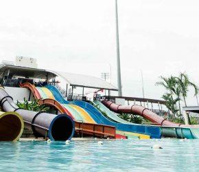 Parc aquatique de plein air avec toboggan