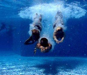 Plongeon dans une piscine
